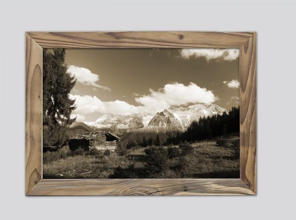 alter Holzstadl mit Blick auf Karwendel im Altholzrahmen