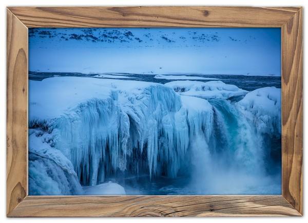 Wasser und Eis des Goðafoss ein Wasserfall in Islands Norden
