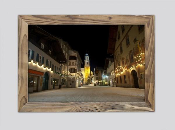 weihnachtlicher-Obermarkt-mit-Pfarrkirche-im-Altholzrahmen