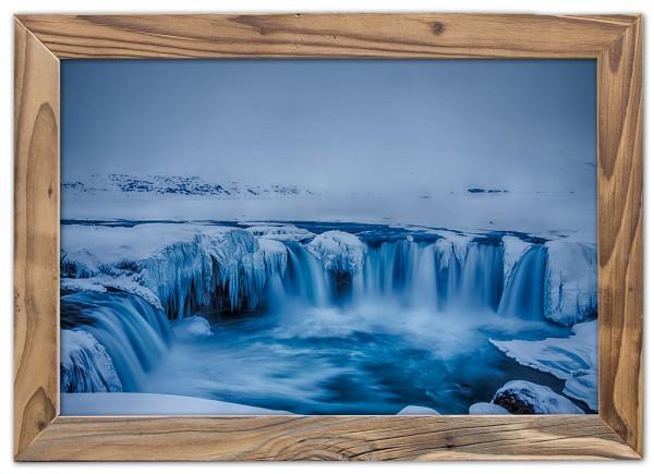 Der gewaltige gefrorene Goðafoss ein Wasserfall in Islands Norden