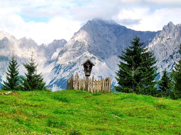 Holzkreuz mit Blick auf das Karwendel