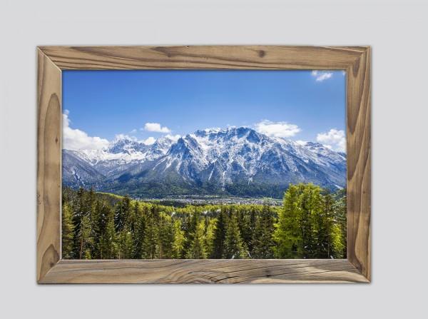 Mittenwald mit Karwendelmassiv im Frühjahr im Altholzrahmen