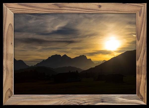 Sonnenuntergang über der Sonnenspitze im Altholzrahmen