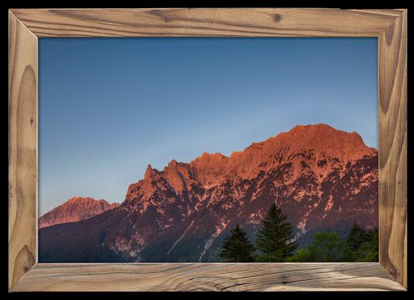 Alpenglüh`n-am-Karwendel-im-Altholzrahmen