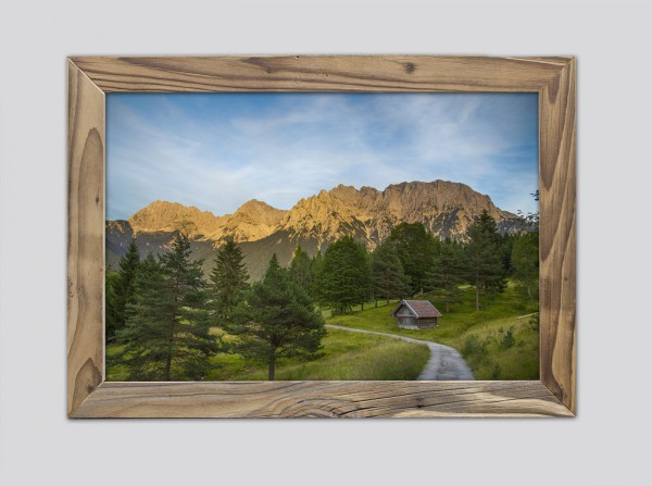 Abendstimmung-mit-Blick-auf-den-Karwendel-im-Altholzrahmen