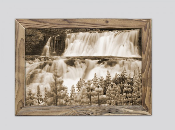 Lavendel am Wasserfall im Altholzrahmen