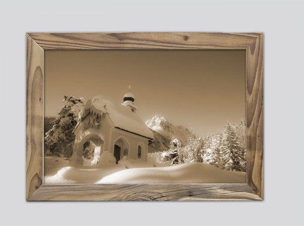 Kapelle Maria Königin im Altholzrahmen
