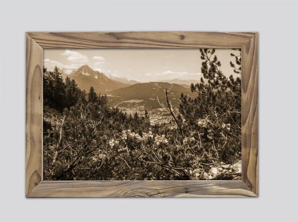 Blick auf Mittenwald mit Wetterstein im Altholzrahmen