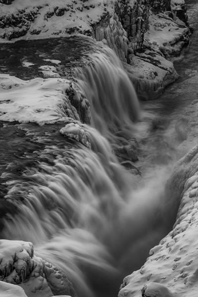 Der Gullfoss Wasserfall in schwarzweiß
