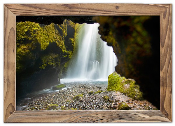 Mooswasserfall im Altholzrahmen