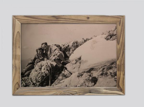 gemeinsames-Gipfelglück-im-Altholzrahmen