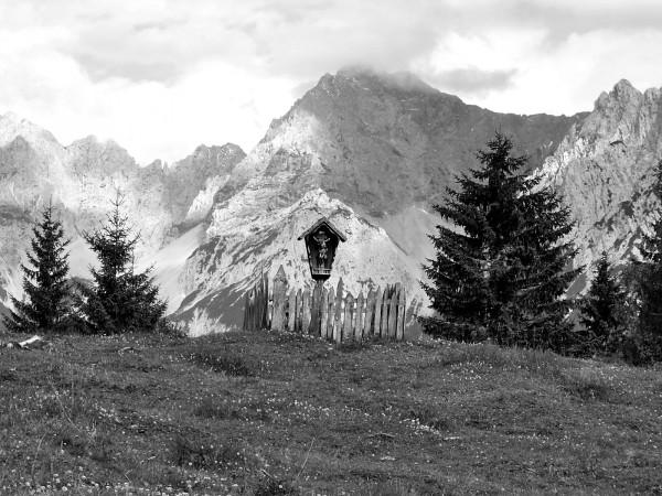 Holzkreuz mit Karwendelblick