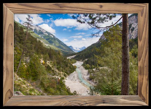 Blick-auf-die-Isar-in-Scharnitz-im-Altholzrahmen