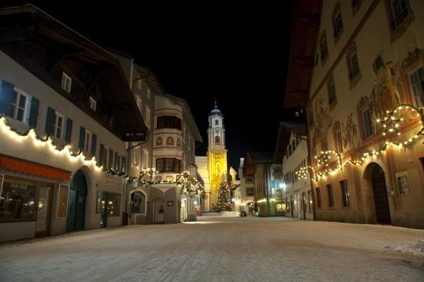 weihnachtlicher Obermarkt mit Pfarrlirche