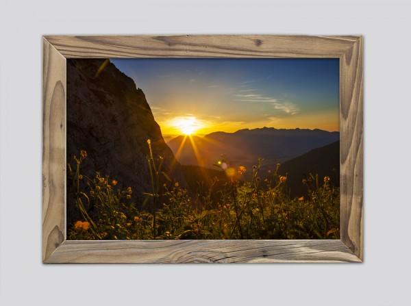 Sonnenuntergang-über-Mittenwald-im-Altholzrahmen