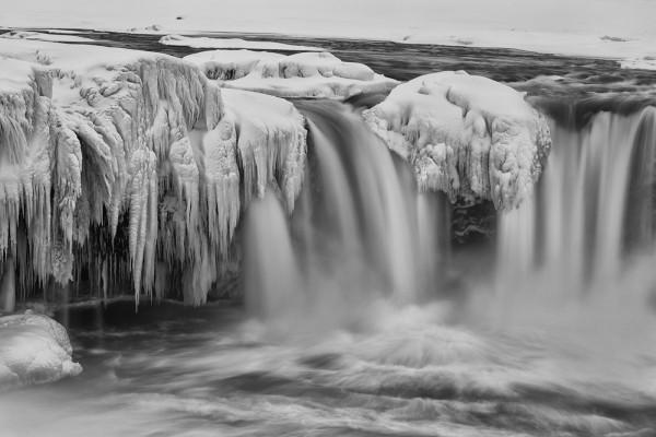 Der Goðafoss ein Wasserfall in Islands Norden in schwarzweiss
